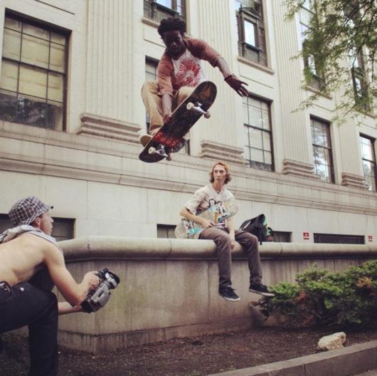 AJ su uno skateboard